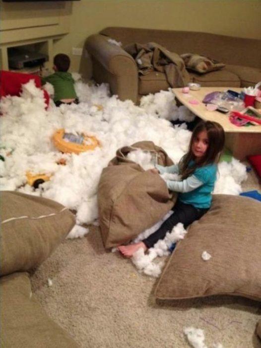 Niños en sala con forro de cojines