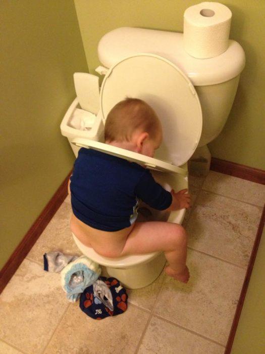 Niño atorado en baño