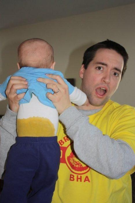 Papá con niño lleno de popo