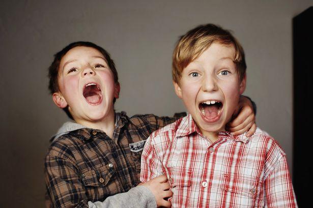 Dos hermanos riendo