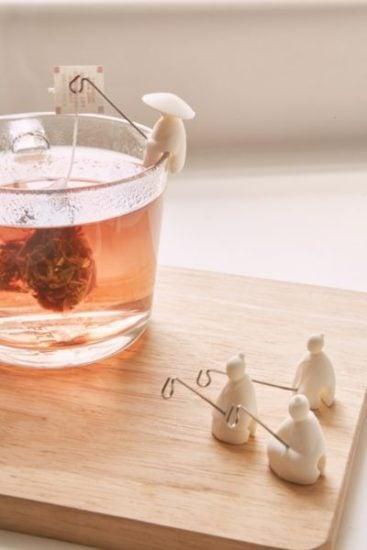 Chinitos pescando las bolsitas de té