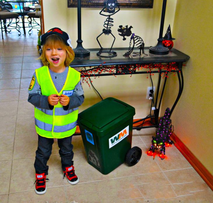 Niño emocionado por sacar la basura