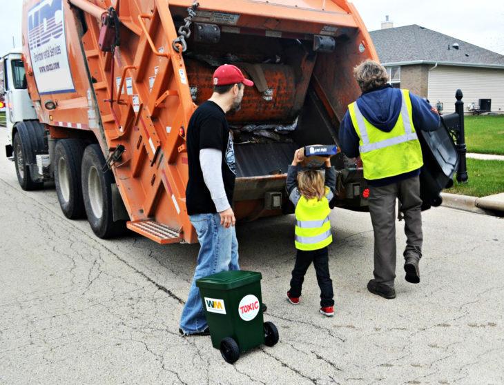 Niño Emocionado por conocer a trabajadores de la basura