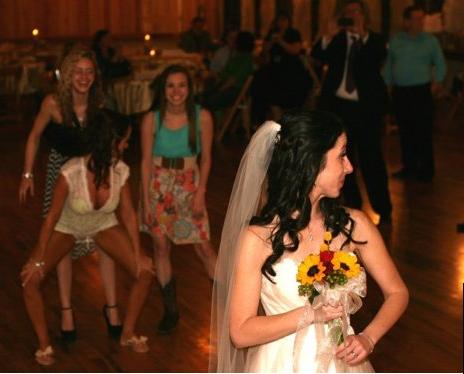 Mujeres bailando antes de recibir ramo