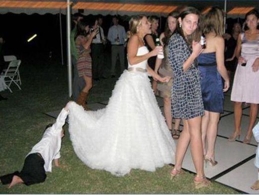 Niño viendo abajo de vestido de novia