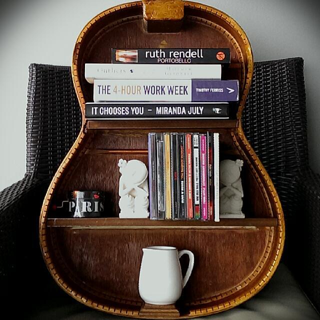 guitarra utilizada como librero