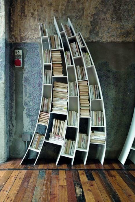 Librero deforme