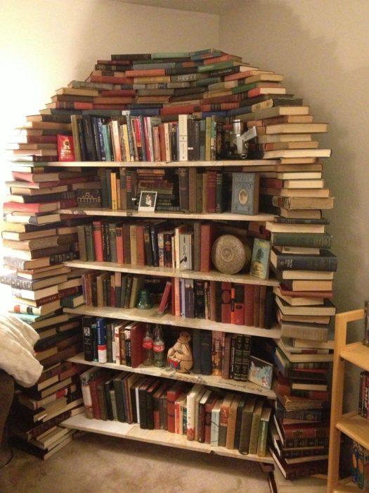 librero hecho de libros