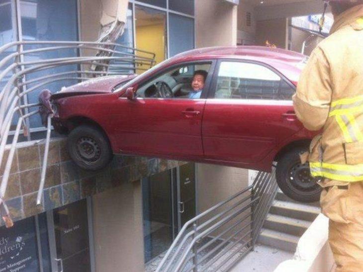 Fotos sin explicación. Un carro chocó con un balcón del segundo piso y está sostenido casi en el aire