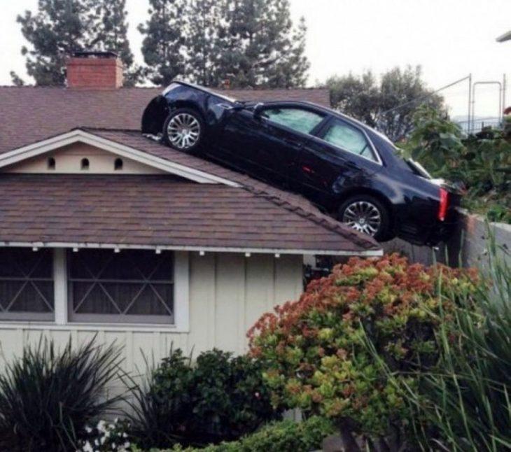 Fotos sin explicación. Un carro en el techo de una casa