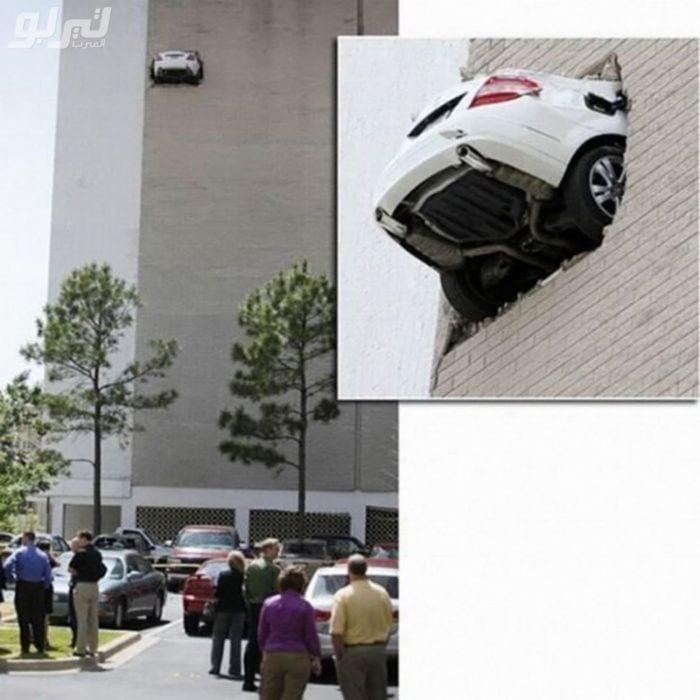 Fotos sin explicación. Un carro chocó en las alturas