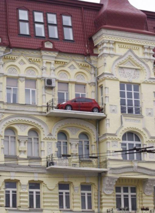 Fotos sin explicación. Un carro estacionado en el balcón del último piso de un edificio