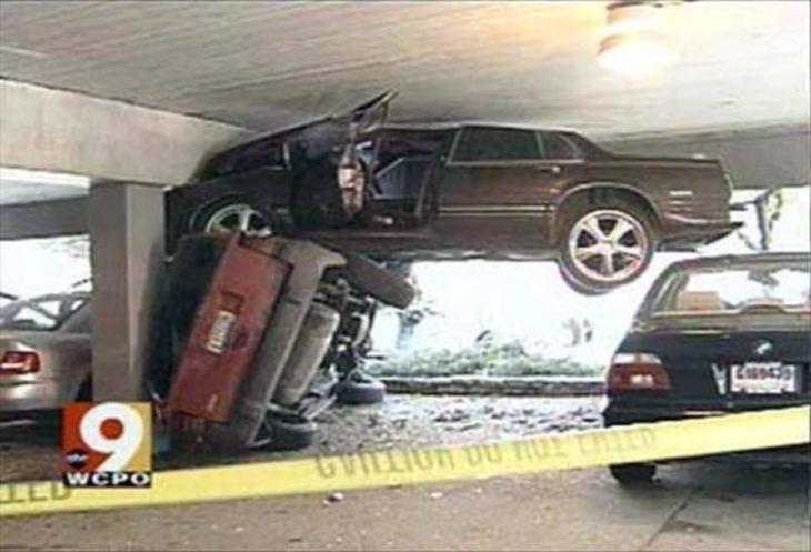 Fotos sin explicación. Choque en un estacionamiento, un carro está volteado y otro está sobre el topando con el techo