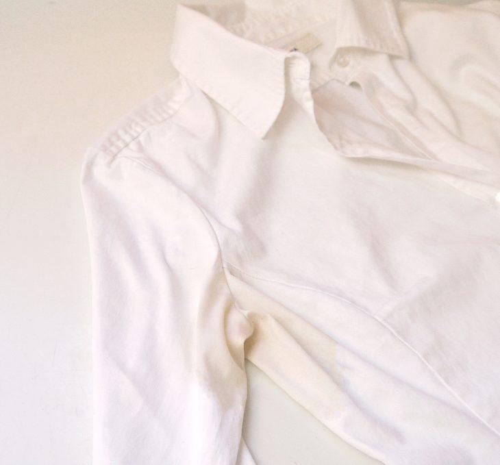 camisa blanca con mancha amarilla de sudor