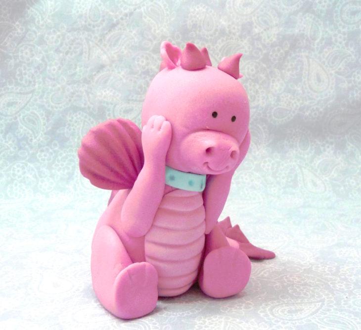 Peluche de un dragón con nariz de cerdo