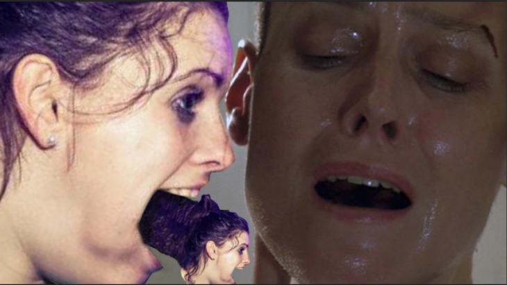 Photoshop de la chica con el puño en la boca, Alien