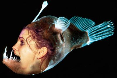 Foto manipulada de chica en club nocturno con la mano en la boca