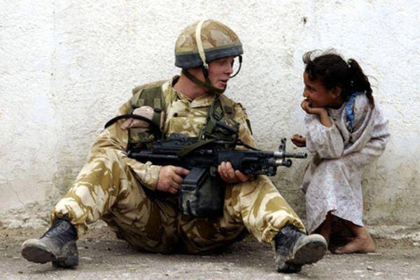 soldado platicando con niña