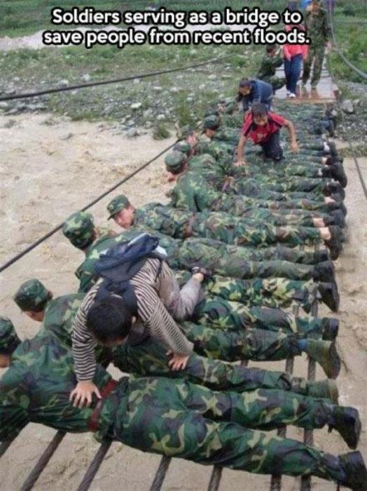 soldados haciendo puente