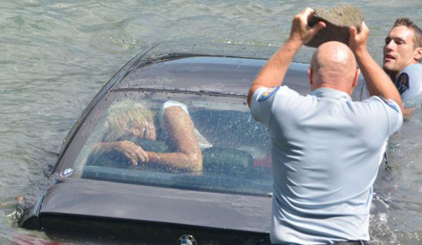 mujer atrapada en carro