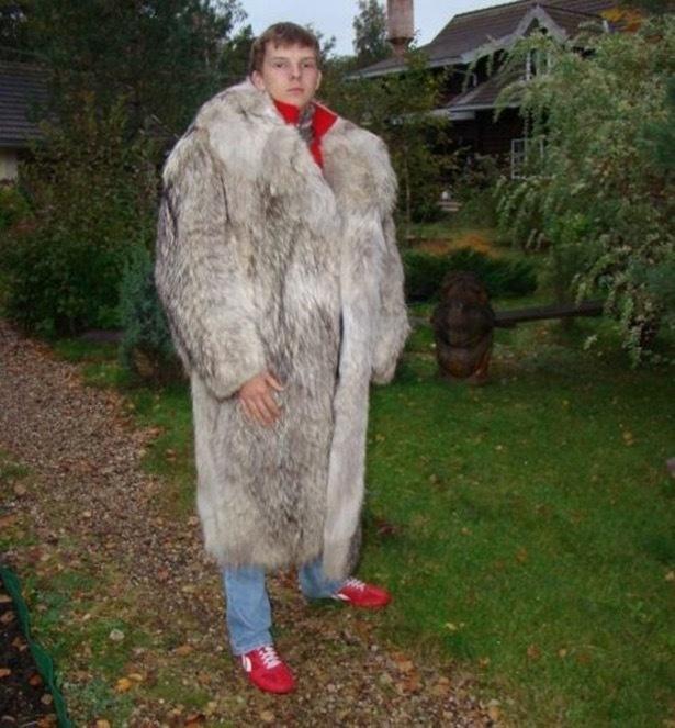 Muchacho con abrigo de piel y tenis rojos