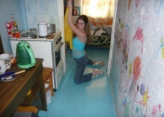 Chica en hincada en la cocina