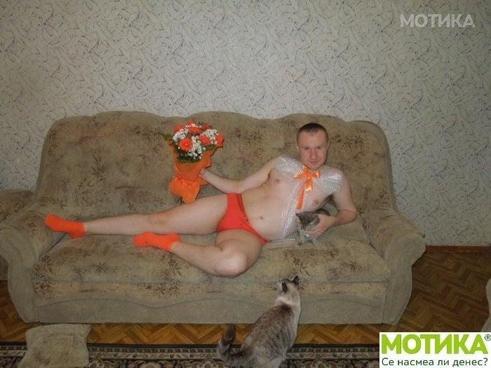 Hombre recostado en sofá en ropa interior y flores