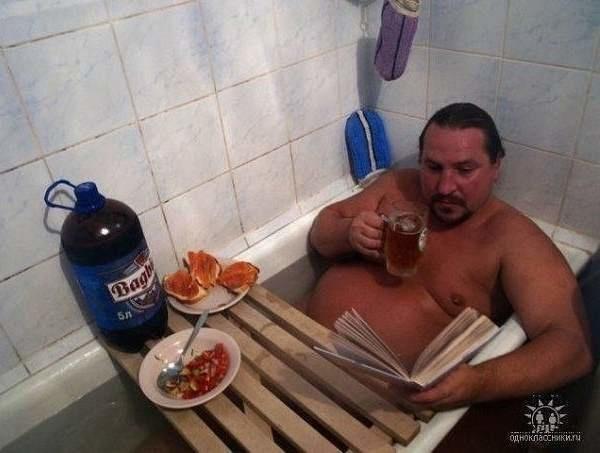 Hombre cenando en su tina de baño