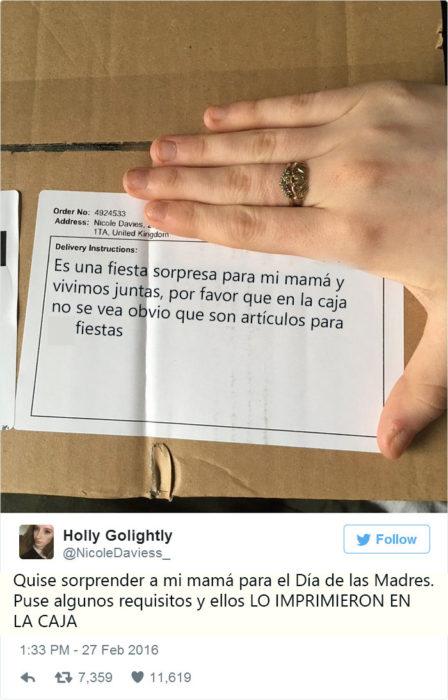 Caja de mensajería con un mensaje en el que dice que es para una fiesta sorpresa