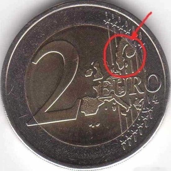 Moneda de 2 euros en donde se ve una figura que asemeja a un pene
