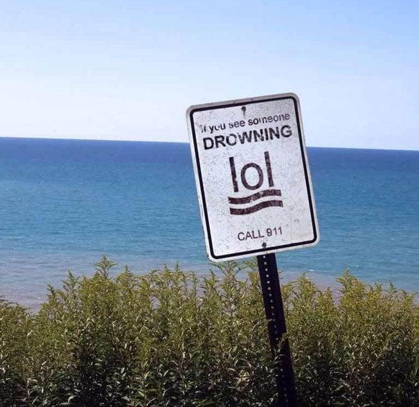 Señal que dice que si ven a alguien ahogarse se llame al 911