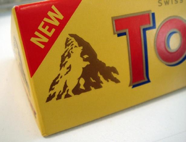Logotipo de montaña del chocolato Toblerone en la montaña se ve un oso