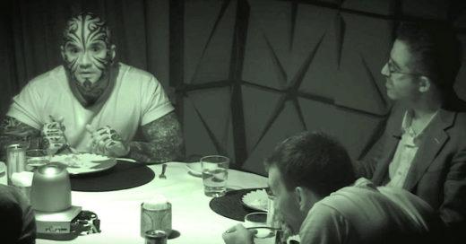 Hombres se encierran en una habitación completamente oscura
