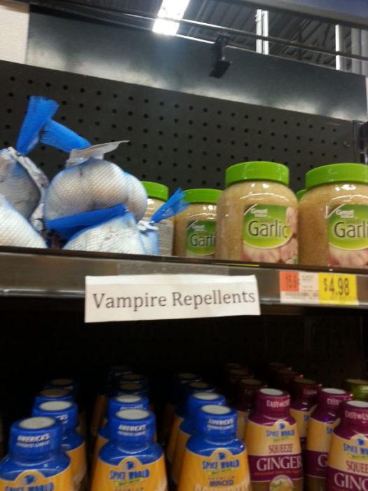 ajos en estantería de supermercado