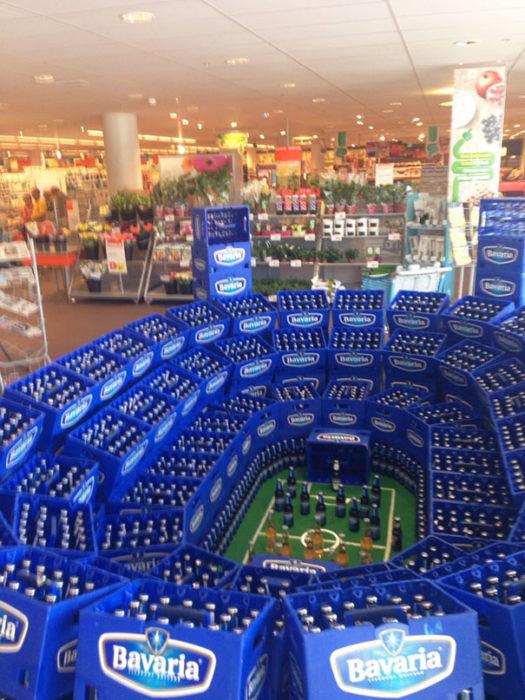 estadio deportivo hecho con cajas de cerveza