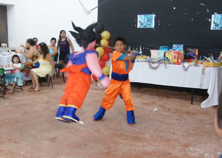 Niño golpeando la piñata de Gokú