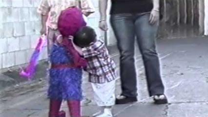 Niño chiquito abrazando la piñata