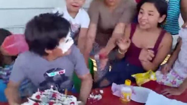Niño con la cara llena de pastel