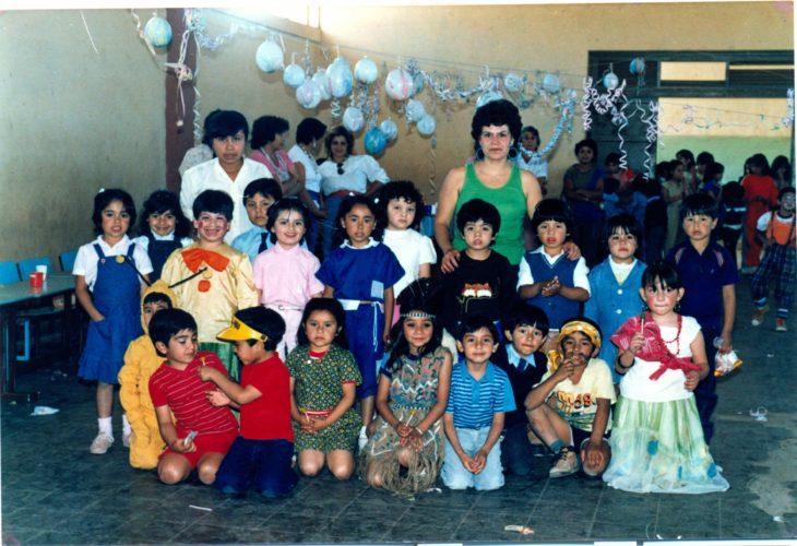 foto familiar en la fiesta de cumpleaños de los años 90's