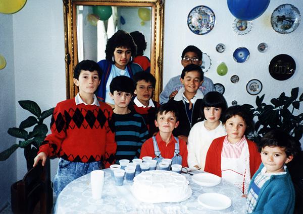 Foto familiar de una fiesta de cumpleaños en los 90's