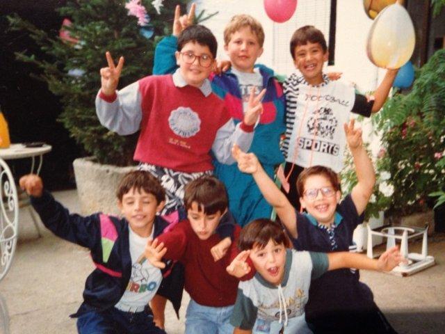 7 niños en una fiesta de cumpleaños con globos