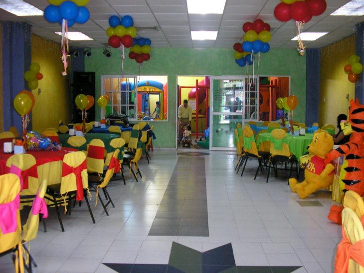 Salón de fiestas decorado con globos y muy colorido
