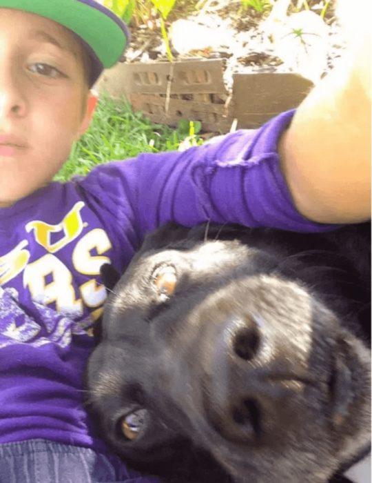 niño selfies con perra