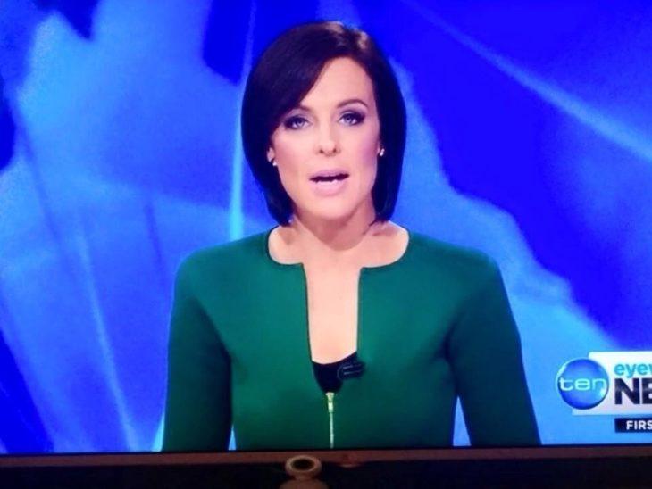 Algo anda mal en esta foto, presentadora de tv con vestido verde