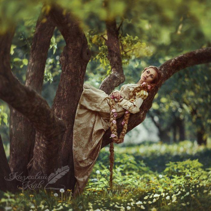 """Fotografía de """"Mágico Kiev"""" del cuento de Rapunzel mientras está acostada en un árbol"""