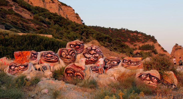 Graffitti en las rocs que le ponen rostros