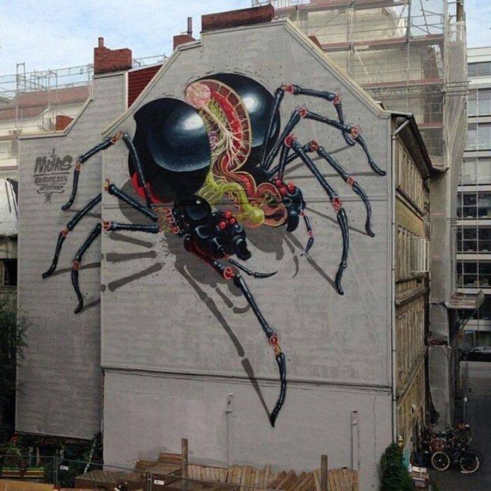Graffitti de una araña partida a la mitad