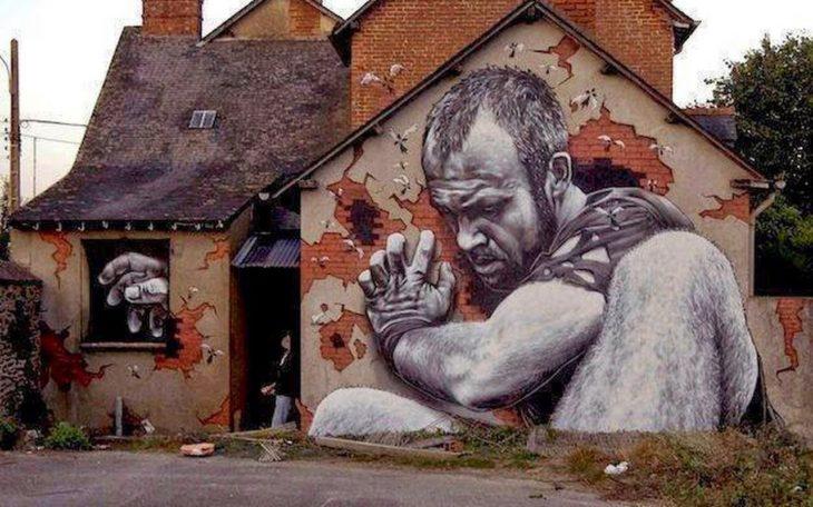 Graffitti de un gigante buscando dentro de una casa