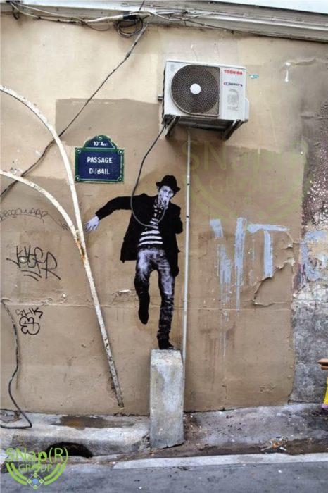 Graffitti de un artista urbando con un micròfono
