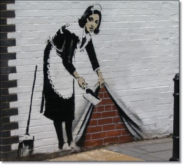 Graffitti de una mujer que está haciendo el aseo y guarda la basura en el edificio